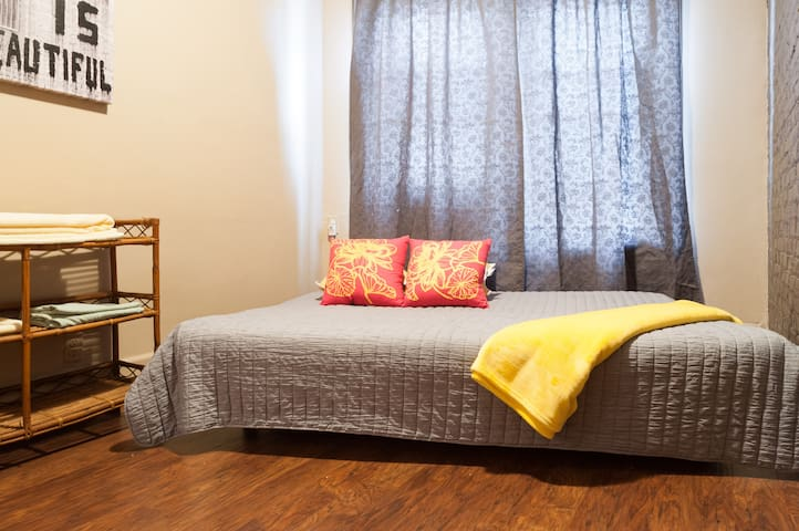 Sunlit room with separate entrance - Brooklyn - Apartment