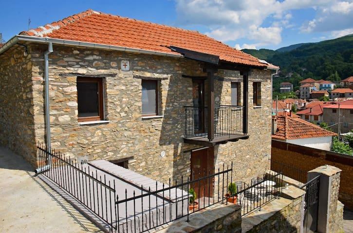 Original 1911 stone built home/ Παραδοσιακό πέτρινο  σπίτι του 1911