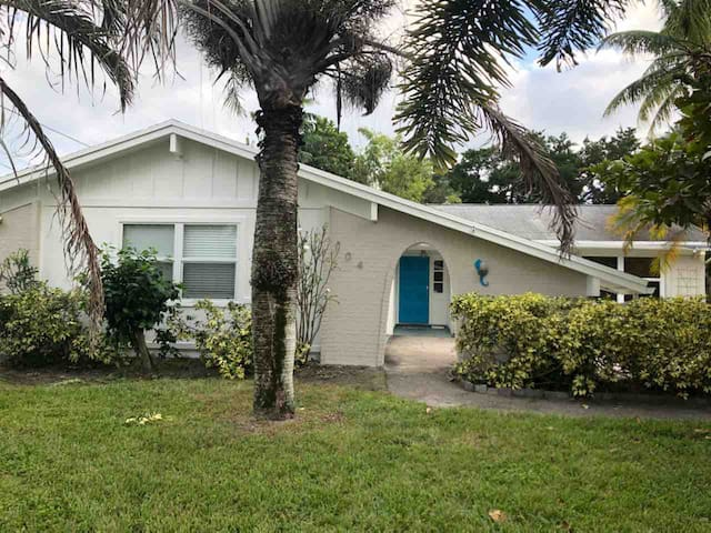 This is a Find!  Central Jupiter & 5 min to beach!