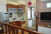 冰箱、微波炉、水壶、电饭煲都可用,房间外还有一个厨房(内设一个洗衣机和煤气炉也可放行李),没拍照。