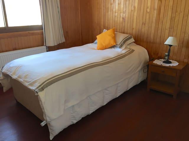 2do. dormitorio con cama 1,5 plazas + cama nido, clóset/armario y escritorio con silla confortable
