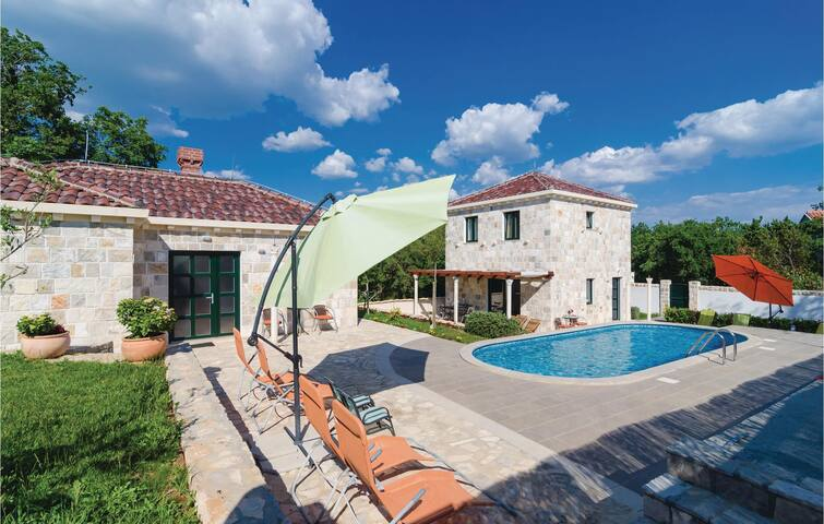 Holiday cottage with 4 bedrooms on 105 m² in Cilipi