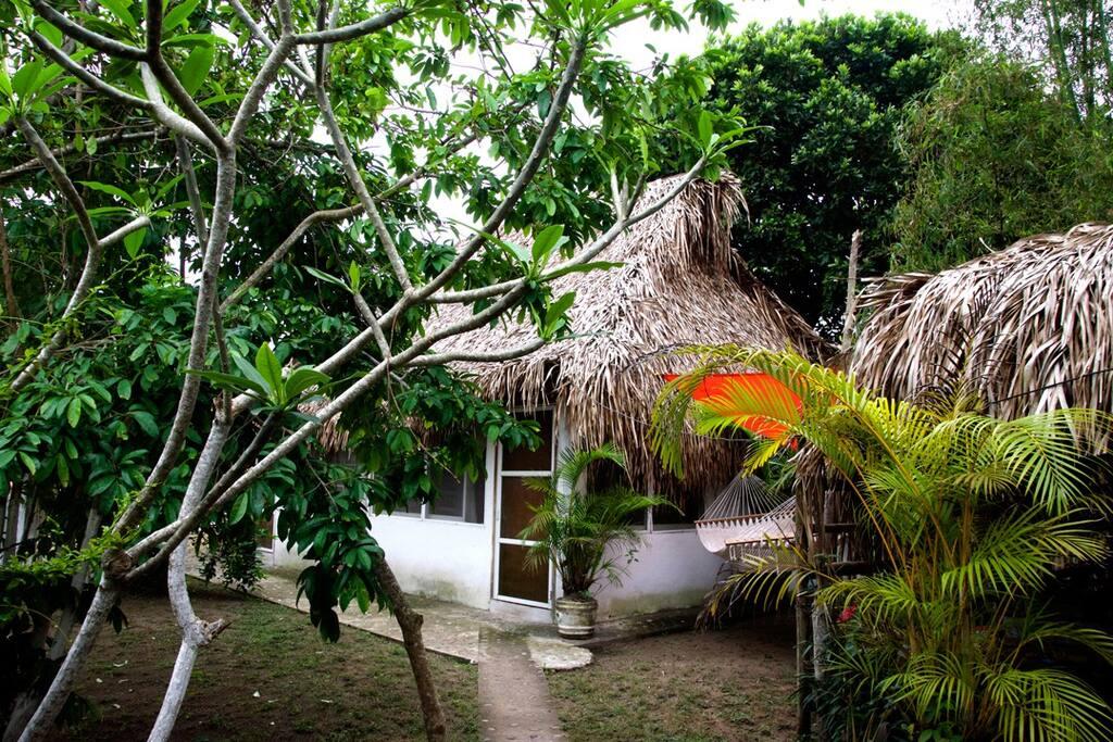 La cabaña cuenta con acceso independiente.
