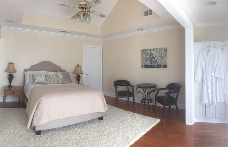 Lake Large Room, Private Balcony, Lawrenceville