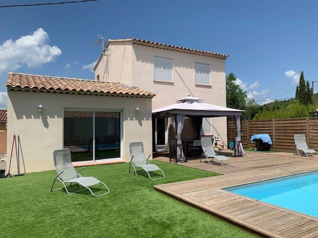 Villa avec  piscine chauffée à 20 mn des plages