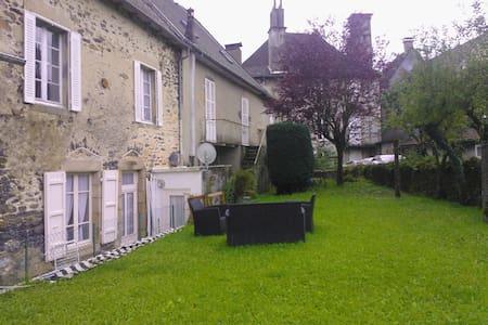 Calme spacieux au centre du village - Pleaux