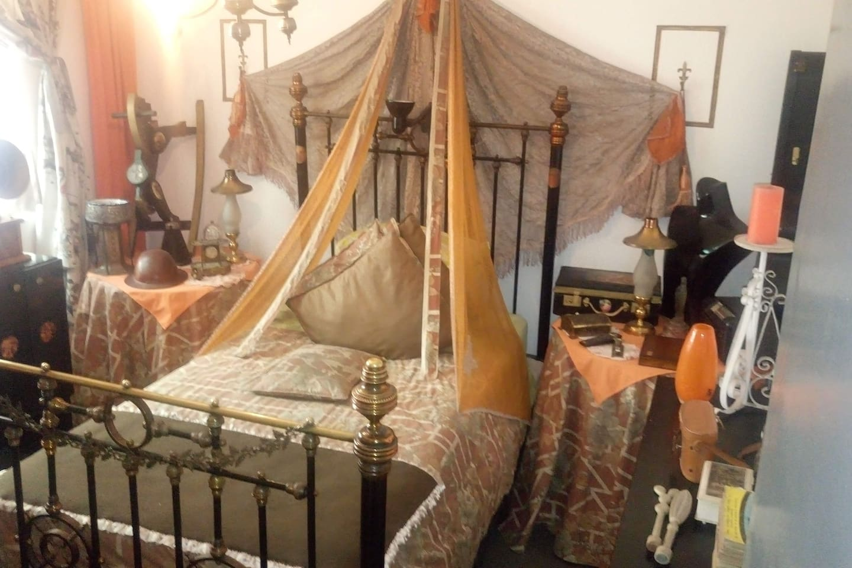 Habitación Victoriana, los muebles llegaron al Puerto de Valparaíso desde Escocia en 1848, ruedas de timón en su estructura, y la cadena de un antiguo barco sostienen el Dosel sobre la cama.