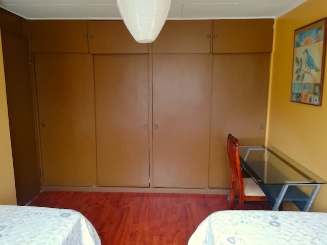 HABITACIÓN COLIBRÍ, cuenta con amplio closet, mesa de noche, lámpara, escritorio, silla para trabajo o estudio.