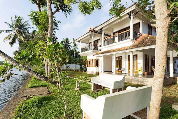 Two Bedroom River Facing Dlx Villa near Alleppey