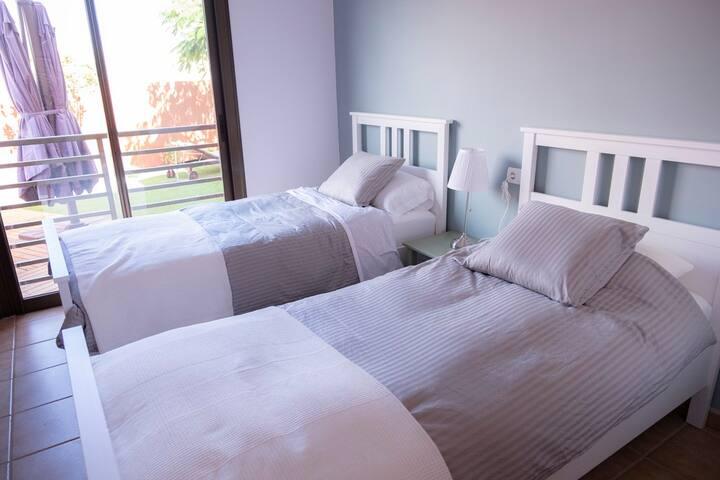 Segundo dormitorio con dos camas, colchones nuevos y firmes y vistas al jardín