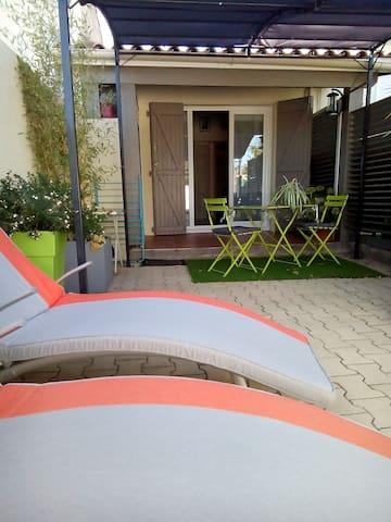 Agréable studio avec terrasse  et jardin fleuri