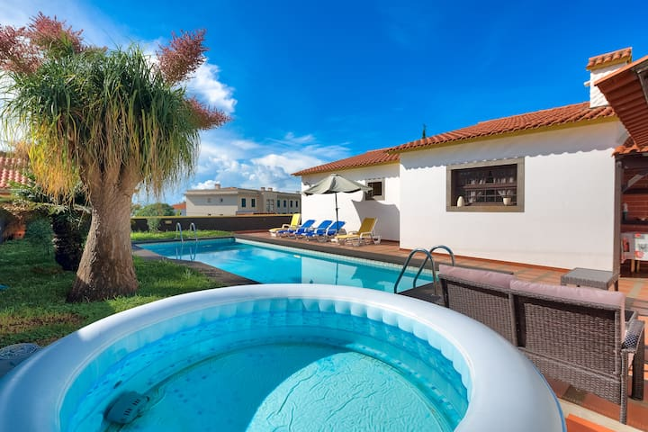Buzzy Villa with Private Pool & jacuzzi & sauna