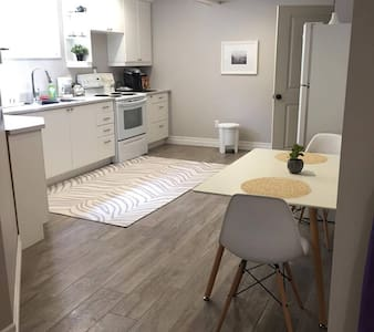New! Cheerful basement apartment with amenities - ノースベイ - ゲスト・スイート
