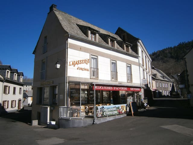 CHAMBRE AU PIED DE LA BASILIQUE D ORCIVAL