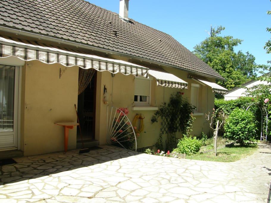 façade arrière, avec terrasse, store ensoleillée matin et midi, table jardin, barbecue