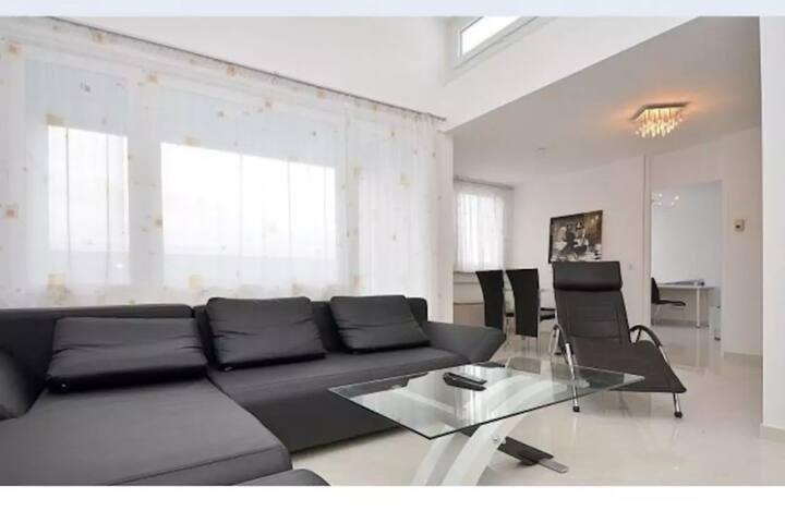 Attraktive 2,5  Zimmer Penthous-Wohnung, Messenähe