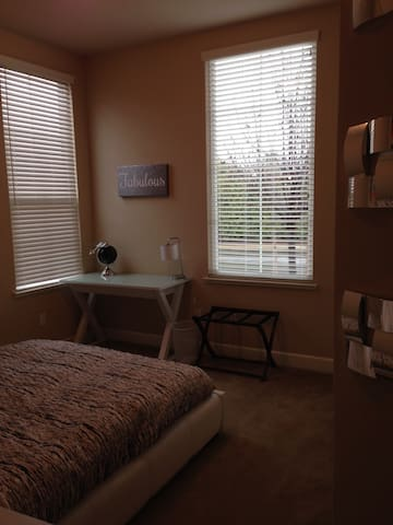 Beautiful Private Bedroom and Bath - Redding