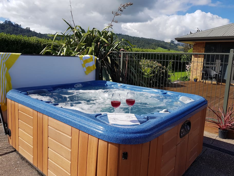 The perfect peaceful location to let you move between outdoor pool and a hot spa tub. Or perhaps lie back of an evening, soak up the spa heat and gaze up at the star-covered night sky.