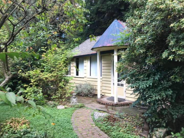 garden logcabin  near grouse mountain& bridge park