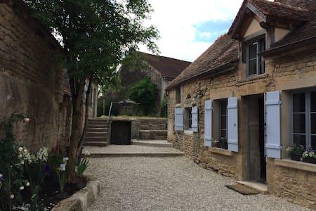 Ancienne ferme du XVIII siècle - Lantilly - House