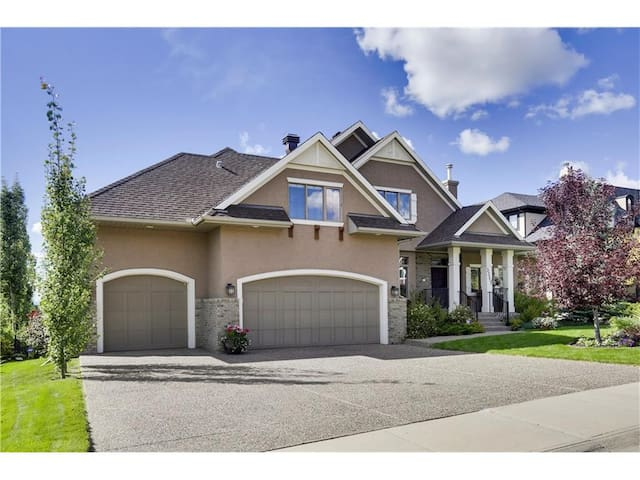 3 bed, 3.5 bath Luxurious house in Calgary,s best. - Calgary - Rumah