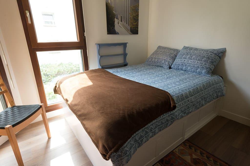 Chambre ensoleillée le matin