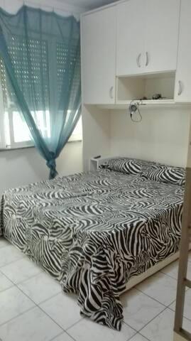 camera 1 con balcone e, oltre al matrimoniale, dotata di letto singolo di servizio.