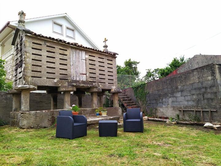 Casa-campo grande y acogedora con hórreo y jardin