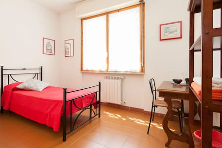 Room in Rome along Metro line B - Wohnung