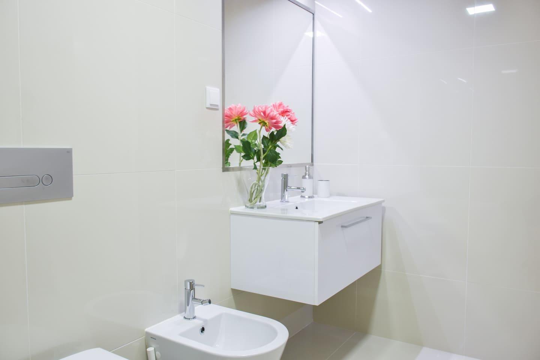 large bathroom with badtub