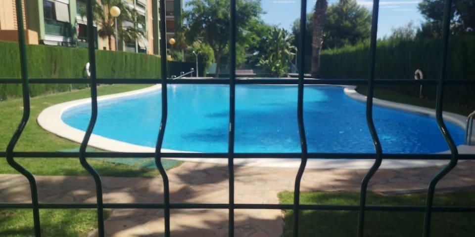 Salón con camas piscina y pista de tenis