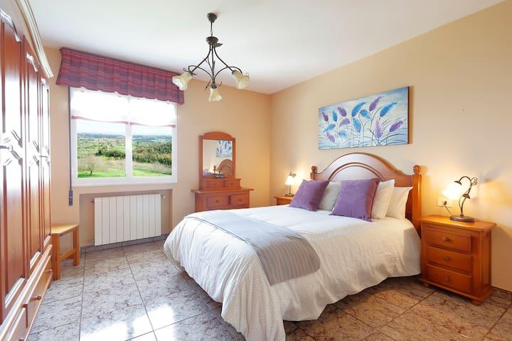 Primera habitación con cama matrimonial