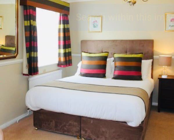 Beautiful double bedroom in a detached house