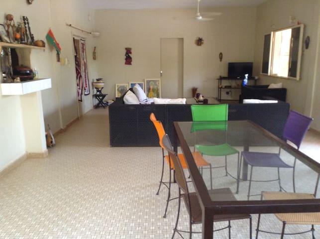 Le salon et la salle â manger est une partie commune au RDC partagée avec l'habitant qui y réside avec sa famille. Vous pouvez vous joindre à eux pour les repas ou goûters, voir des films ...