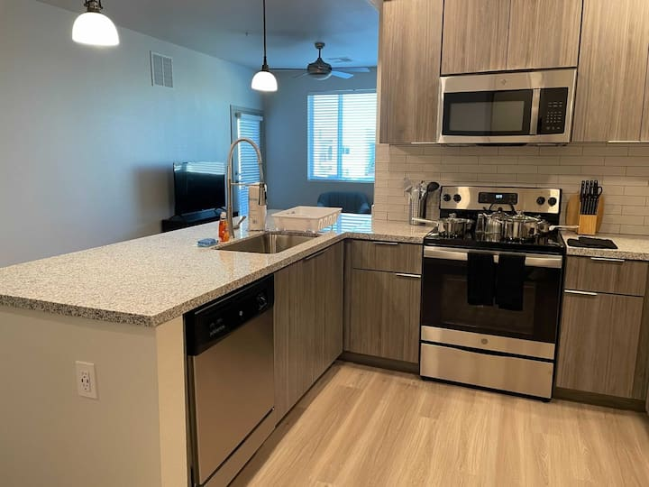 Stay Gia | New Modern 1 Br Apartment | Swimming Pool & Gym | Grayson Place