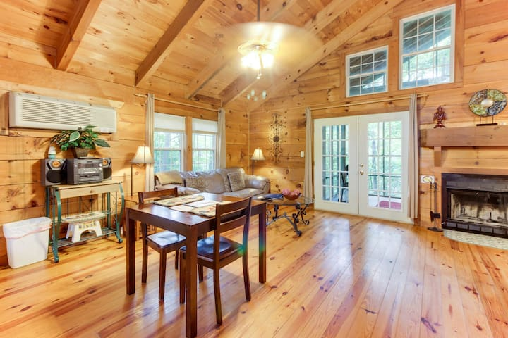Dog-friendly mountain cottage w/ hot tub, bedside Jacuzzi, and more!