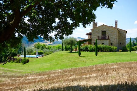 Beautiful farmhouse with pool and stunning views - Santa vittoria in Matenano - Дом