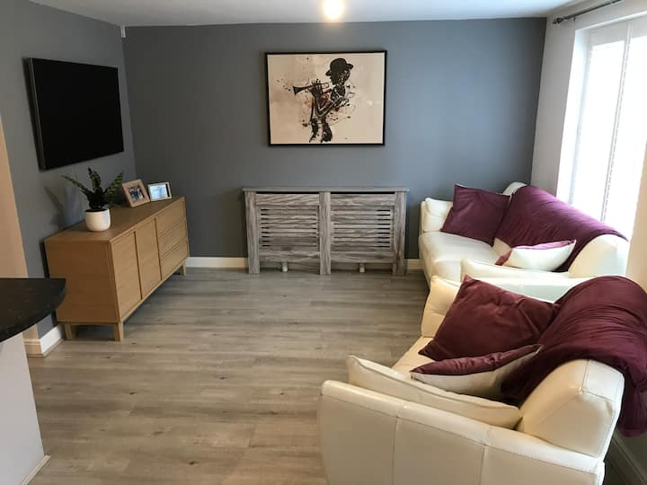 Light & airy 2 bed ground floor apartment