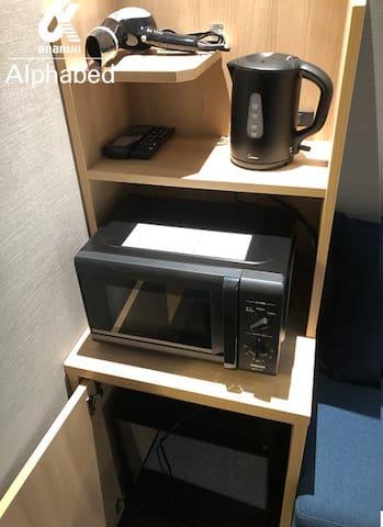各お部屋に、ケトル・電子レンジ・ミニ冷蔵庫をご用意しております。 ドライヤーはクローゼットの中に設置しています。