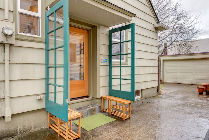 """""""The separate entrance allows for easy in & out access with inconveniencing his nice family. The location is ideal."""" - Stan E. Nov. 2016 guest"""