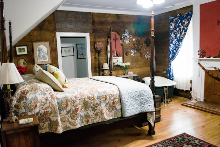 Walk to the park! The Stilwell Room-Historic b&b