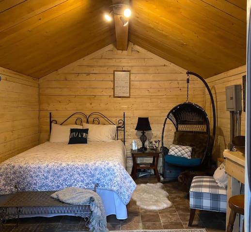 Cozy one-room cabin with luxurious queen size memory-foam mattress. Come get away from it all. Bring a friend or your dog, and relax. Kitchen counter: has a Keurig, microwave, toaster oven, hot plate, pour-over coffee, and electric tea pot.