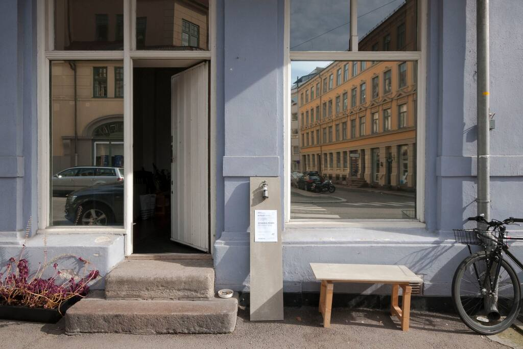 Welcome to Louise Dany – with entrance straight off a quiet, little street neighbouring the local outdoor antiques market in central Oslo. We are an art space and a home of young, contemporary artists.