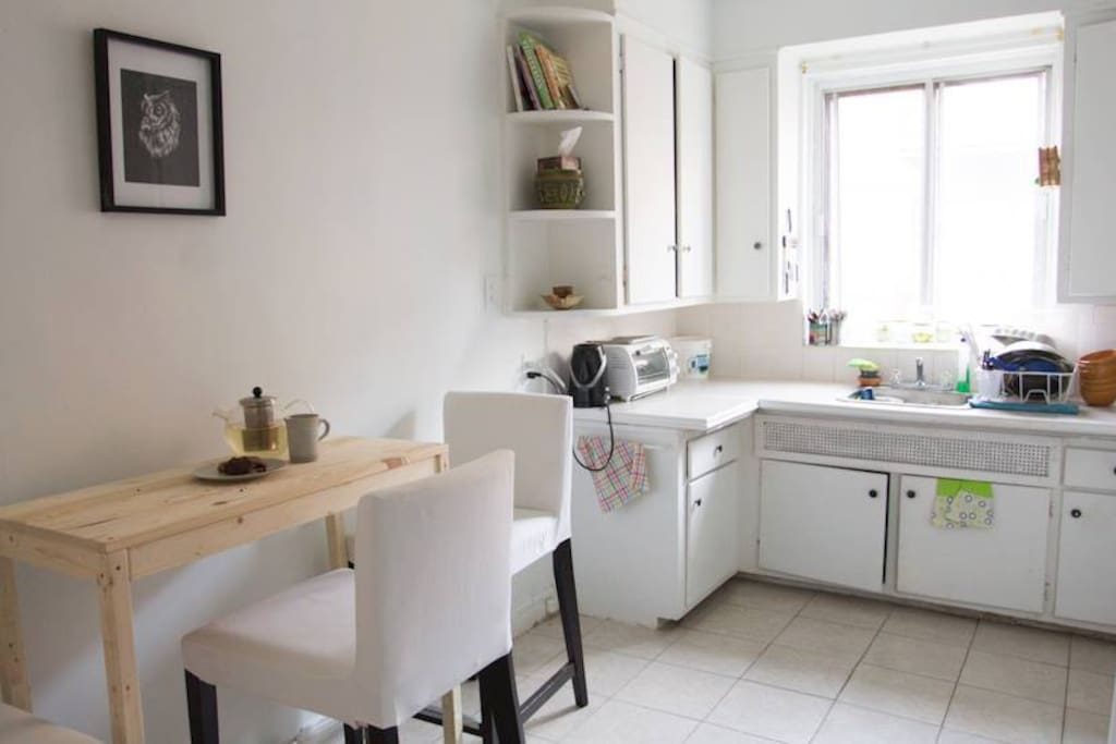 A spacious kitchen equipped with all your kitchen needs (pots, pans, dishes, utensils, stove, oven, fridge,...)
