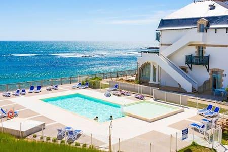 T2 duplex RDC terrasse, vue et accès mer, piscine