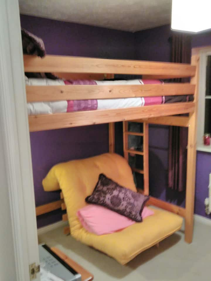 Double room in a modern, cosy house near the GWR.