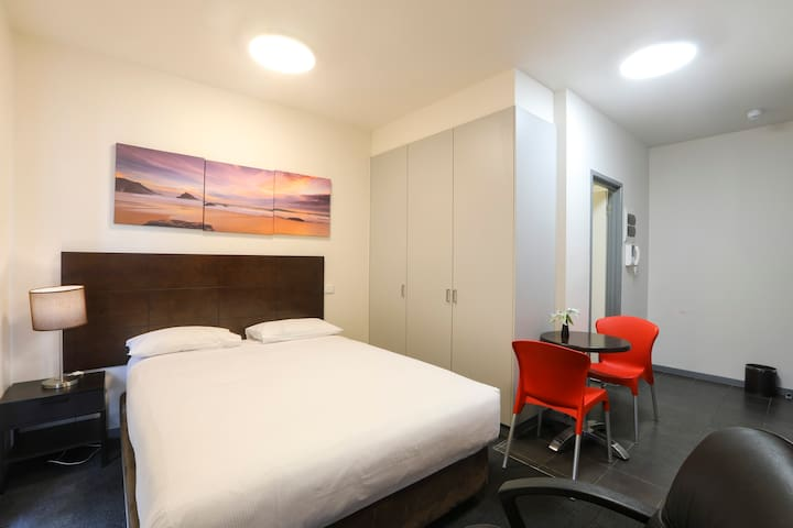 Apartment at Heart of Carlton,  15 mins to City