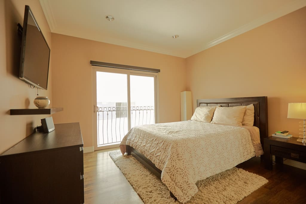 Secondary Guest Bedroom, memory foam queen size bed.