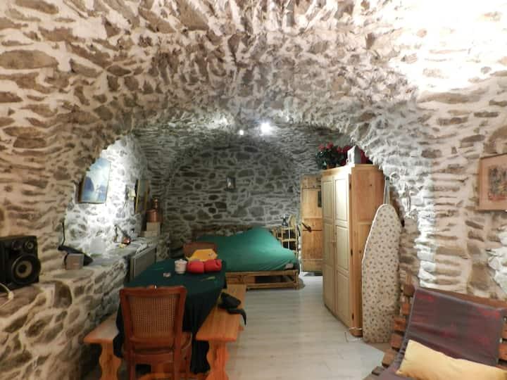 Studio dans une cave voûtée.