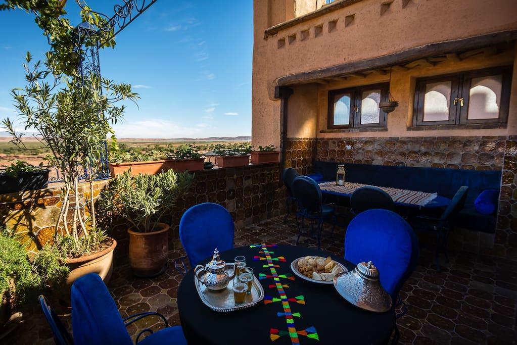 Thé d'accueil  sur une des terrasses.